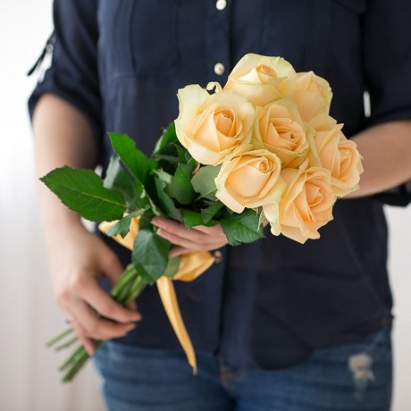 Bouquet of 7 cream r...