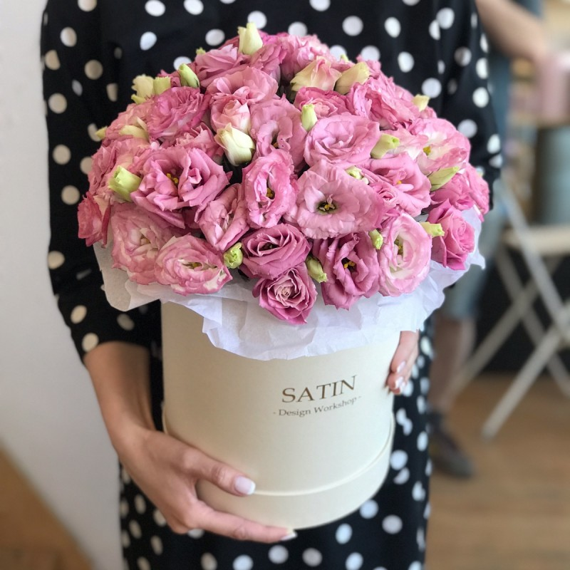 Hatbox with pink eustoma
